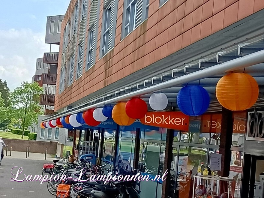 Rood wit blauw oranje lampionnen ballonnen winkelcentrum Seinhorst Hilversum, lampionnen winkelstraat versiering 23