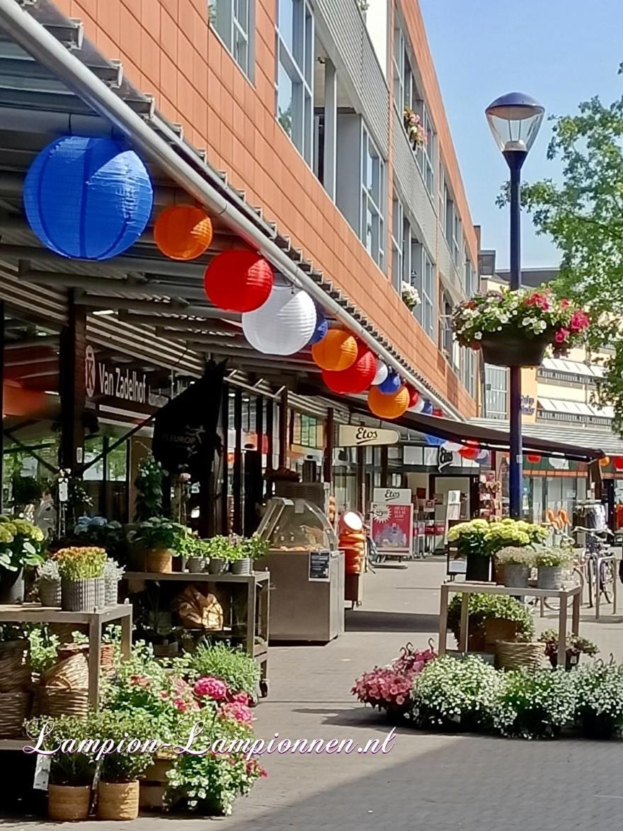 Rood wit blauw oranje lampionnen ballonnen winkelcentrum Seinhorst Hilversum, lampionnen winkelstraat versiering 2