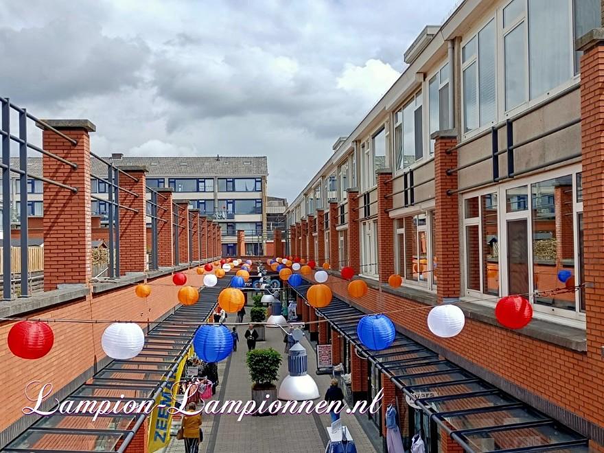 Rood wit blauw oranje lampionnen ballonnen winkelcentrum de Schoof Hendrik Ido Ambacht, lampionnen winkelstraat versiering 3