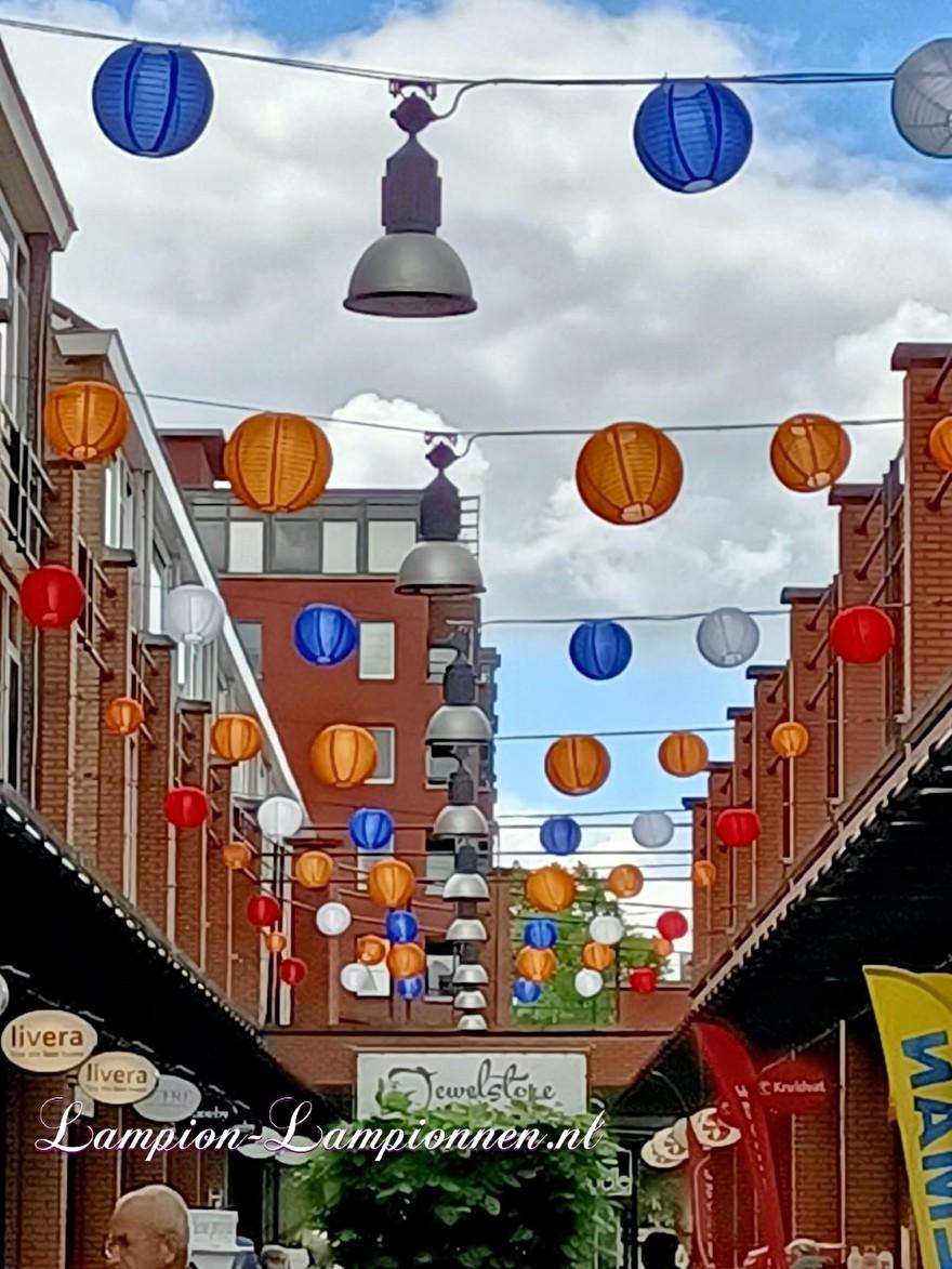 Rood wit blauw oranje lampionnen ballonnen winkelcentrum de Schoof Hendrik Ido Ambacht, lampionnen winkelstraat versiering 31