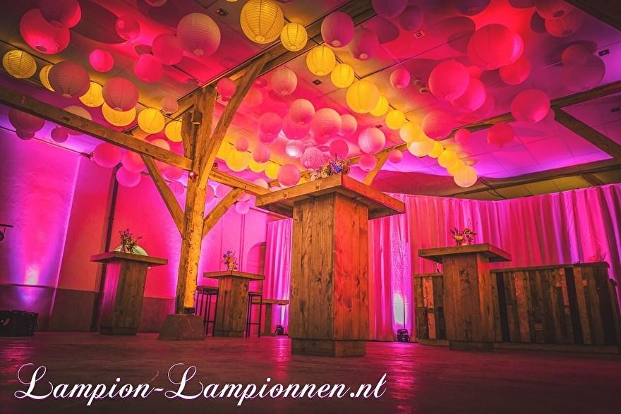 Weiße Laternen auf einer Party, weiße Lampions am Fest Hochzeit, Hochzeitsfeier, billige Lampions mket LED-Beleuchtung