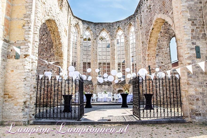 Weiße Laternen im Schloss bei der Hochzeit wetterfeste Nylonhochzeitsdekoration, Weiße Laternen im Schloss und wetterfeste Nylonhochzeitsverzierung, Laternen bei der Hochzeit im Schloss und Nylonhochzeitsverzierung