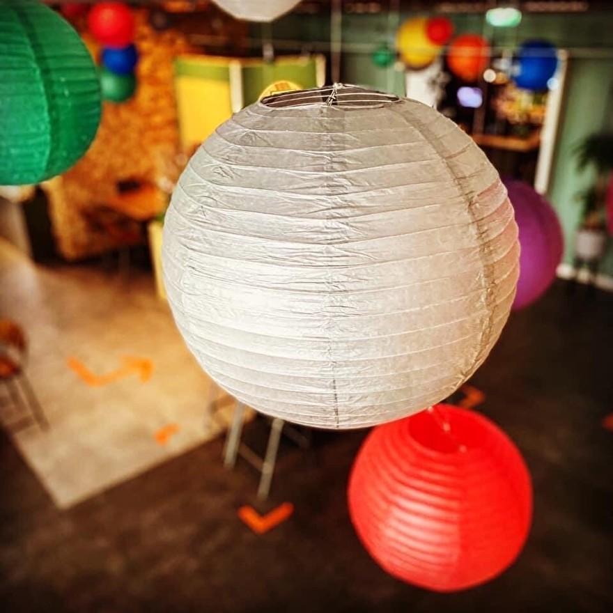 lanternes colorées à Foodhall Breda, lanternes ignifuges ignifuges, style événementiel, décoration intérieure, farbige Laternen, feuerhemhemend feuerfeste Laternen, Event-Styling, Innekekoration, lanternes colorées au lanternes 5