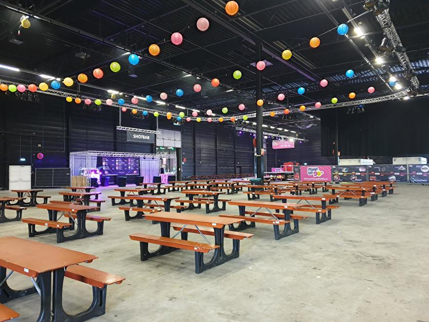 farbige laternen bei einem musikevent, fabrige papierlaternen am event, laternen und papiercoleur fete, partydeko mit papierlaternen, 2