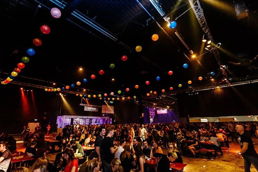 gekleurde lampionnen op een muziek event, fabrige papierlaternen am event, lanternes en papier coleur fete, party deko with paper lanterns, 2