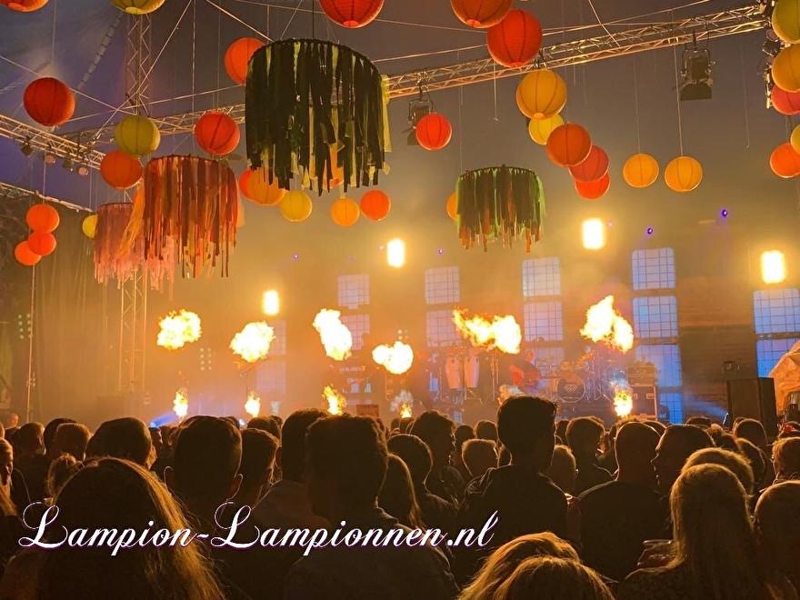 farbige laternen bei einem musikfestival-event, fabriges papier später am event, laternen und papier coleur fete, party deko mit papierlaternen rot gelb orange bühnen-event styling tanz eventplaner 3