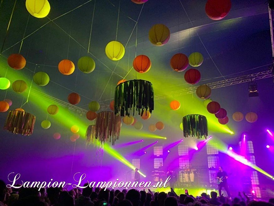 farbige laternen bei einem musikfestival-event, fabriges papier später am event, laternen und papier coleur fete, party deko mit papierlaternen rot gelb orange bühnen-event styling tanz eventplaner 5