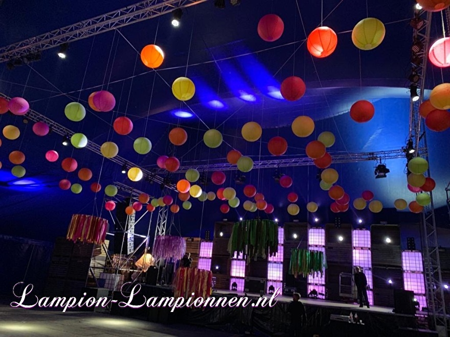 farbige laternen bei einem musikfestival-event, fabriges papier später am event, laternen und papier coleur fete, party deko mit papierlaternen rot gelb orange bühnen-event styling tanz eventplaner 2
