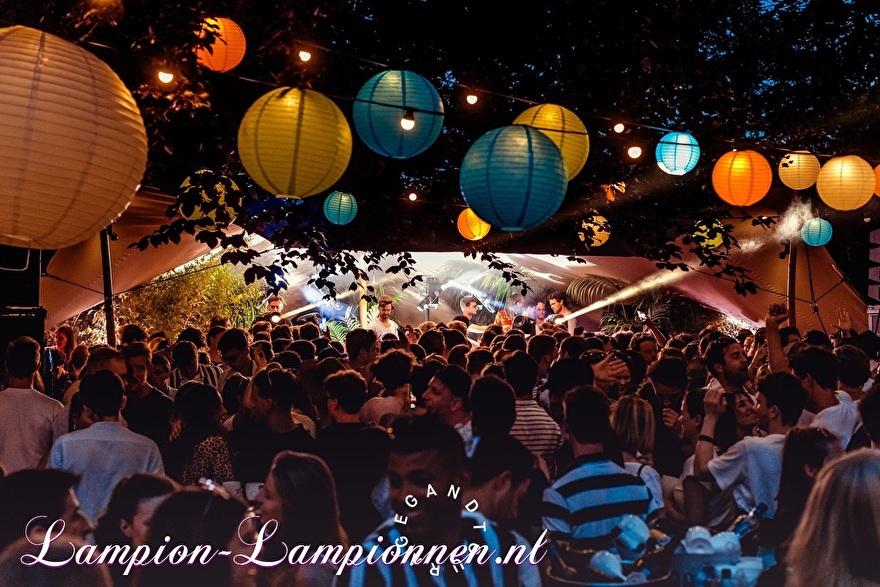 farbige laternen am festival event belgien, fabrige paper laters am event, laternen und papier coleur fete, partydeko mit papierlaternen, laternengirlandendeko mit led-leuchten orange grün blau 5
