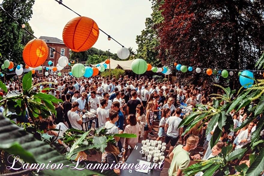 farbige laternen am festival event belgien, fabrige paper laters am event, laternen und papier coleur fete, partydeko mit papierlaternen, laternengirlandendeko mit led-leuchten orange grün blau 4