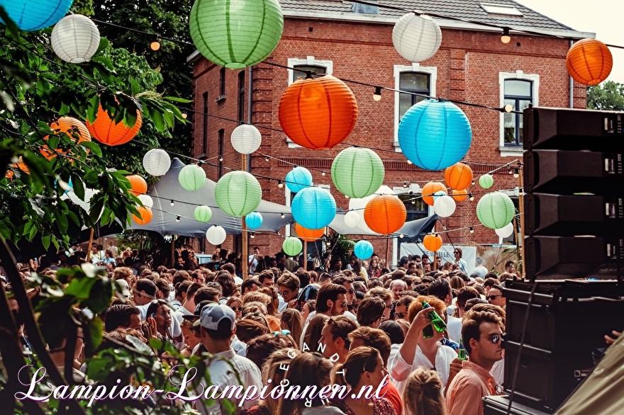 farbige laternen am festival event belgien, fabrige paper laters am event, laternen und papier coleur fete, partydeko mit papierlaternen, laternengirlandendeko mit led-leuchten orange grün blau 3