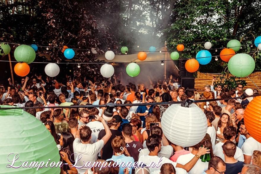 gekleurde lampionnen op festival event belgi, fabrige papierlaternen am event, lanternes en papier coleur fete, party deko with paper lanterns, lampion slinger versiering met led lichtjes oranje groen blauw 5