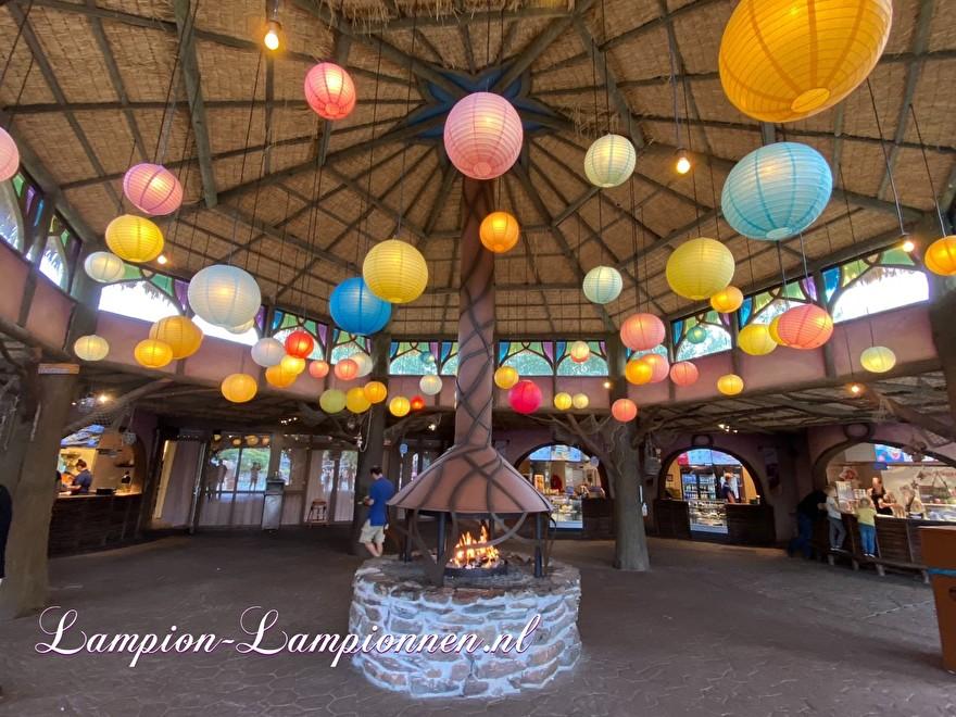 lampion versiering pretpark Toverland, lampion als lamp, gloeilamp, Laternendekoration Freizeitpark Toverland, Laterne als Lampe, Glühbirne 34