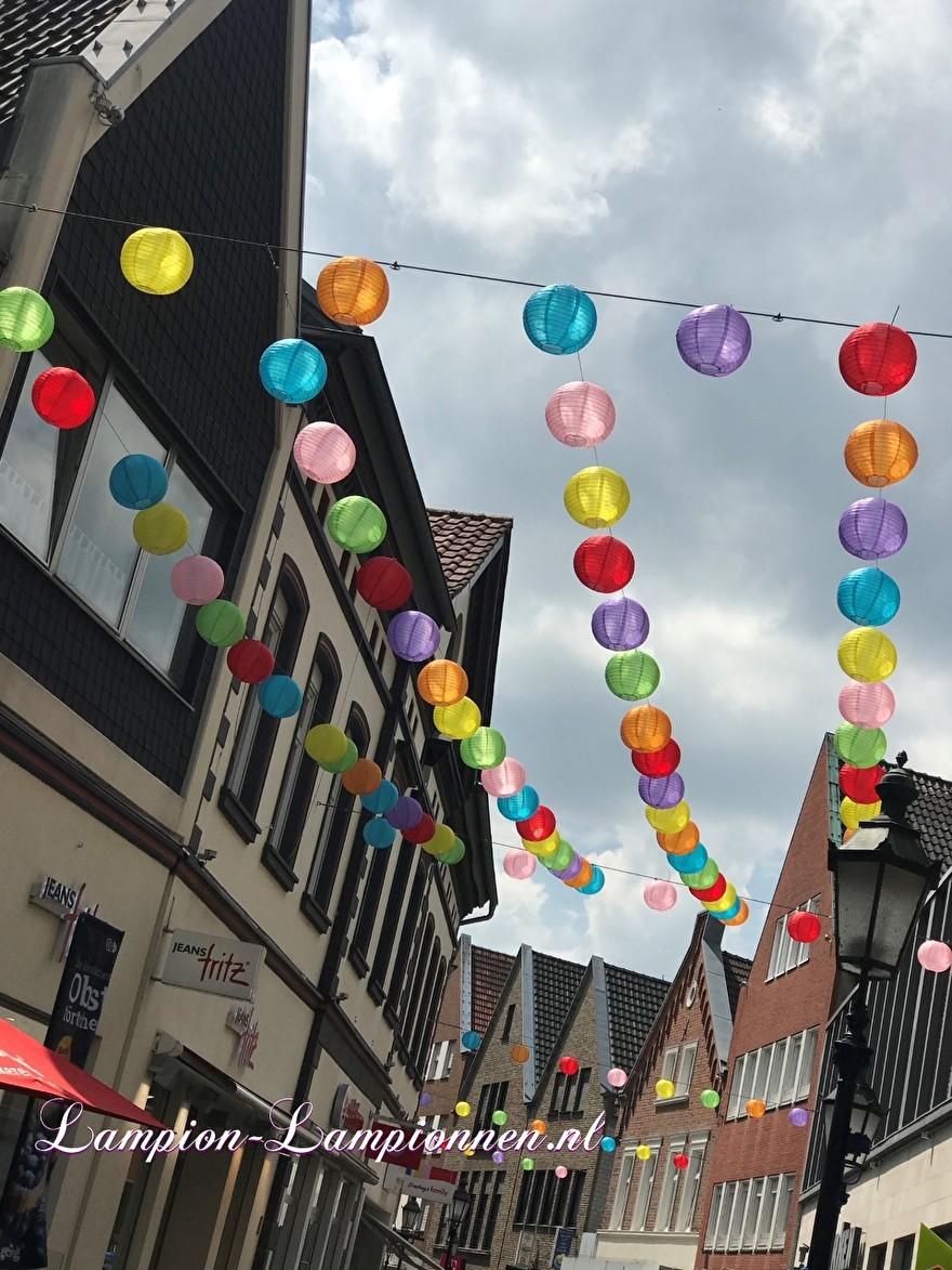 lampionnen Lüdinghausen Deutschland, lampion deko, ballon versiering winkelstraat shopping street citymarketing 2