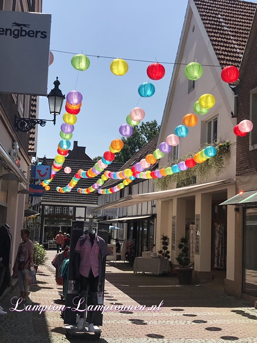 lampionnen Lüdinghausen Deutschland, lampion deko, ballon versiering winkelstraat shopping street citymarketing
