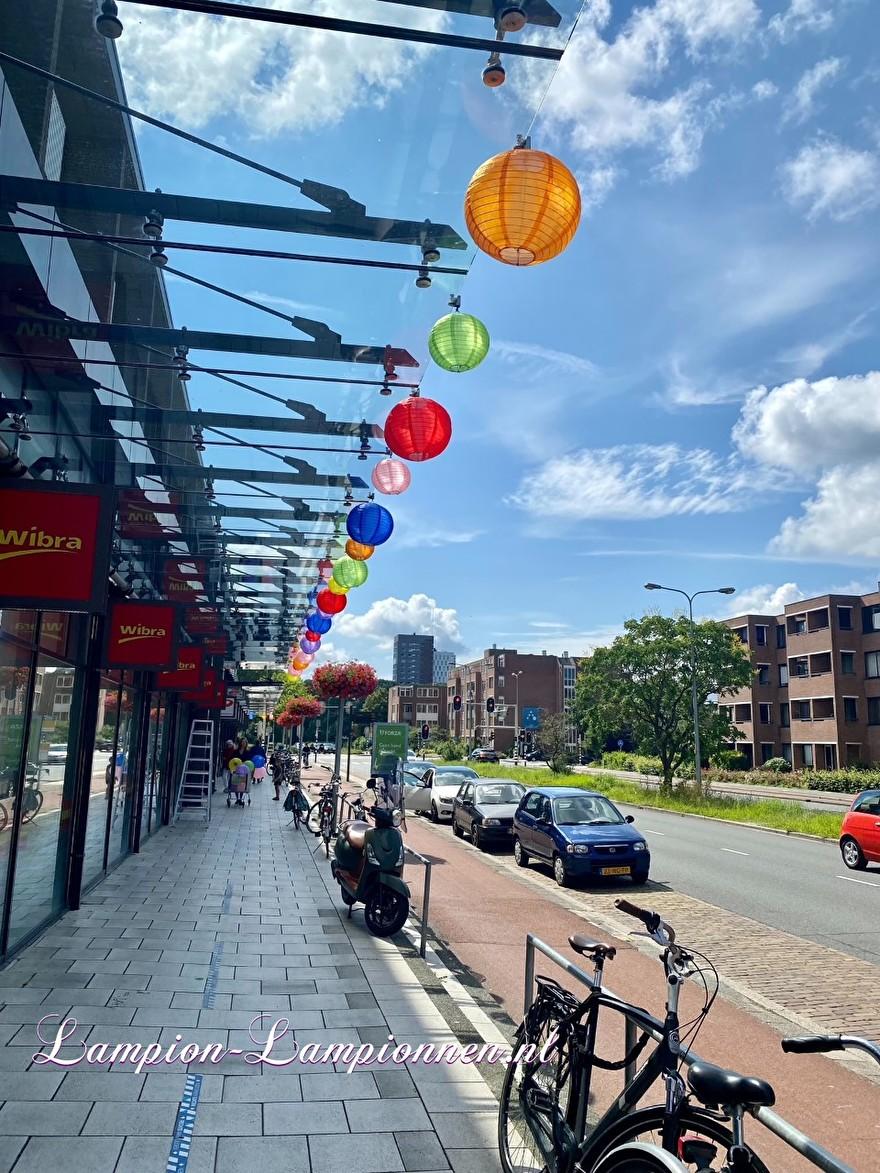 lampionnen buiten bij Paddepoel winkelcentrum Groningen nylon weerbestendig ballon versieirng shopping mall lampions Deko