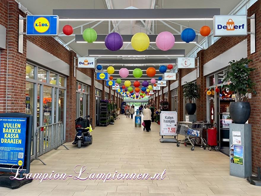 lampionnen in winkelcentrum de Werf Ridderkerk, ballon versiering vrolijke kleuren, Laternen im Einkaufszentrum Ballondekoration fröhliche Farben