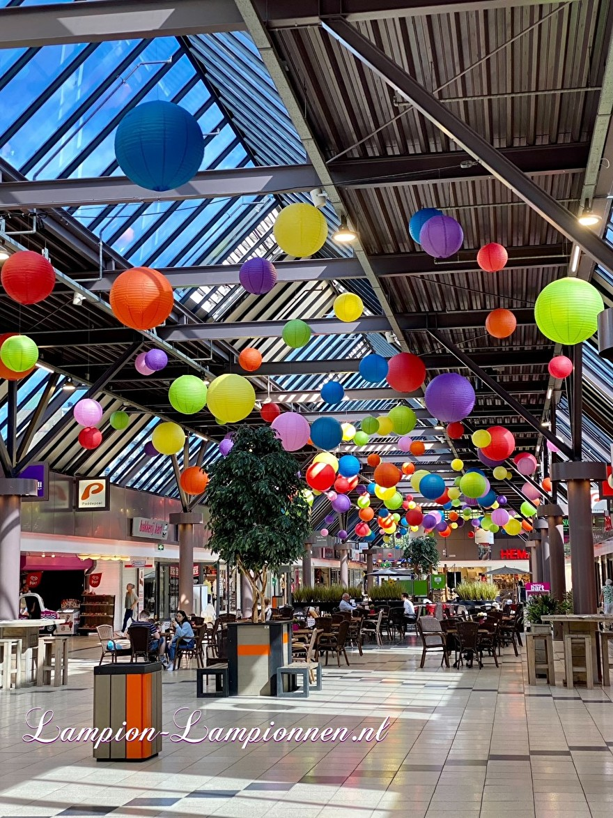 lampionnen zee winkelcentrum Paddepoel Groningen, ballon versiering decoratie citymanagement grote hal grote lampionnen brandvertragend