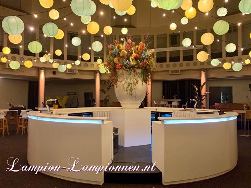 Lanternes vert clair et jaunes sur le cordon lumineux à l'événement