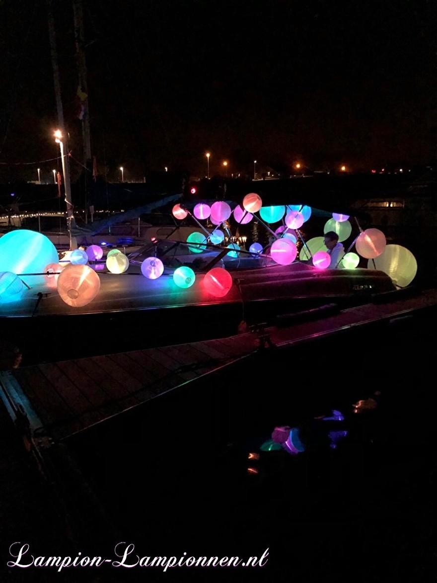 weiße Nylonlaternen mit LED-Lichtern auf Booten während der Laternenparade, Laternentour, Wiese Nylonmatratzen mit LED-Lichtern auf Booten während der Laternenparade, Laternenwanderung, Laternen und Nylonblanc mit LED-Lichtern 2
