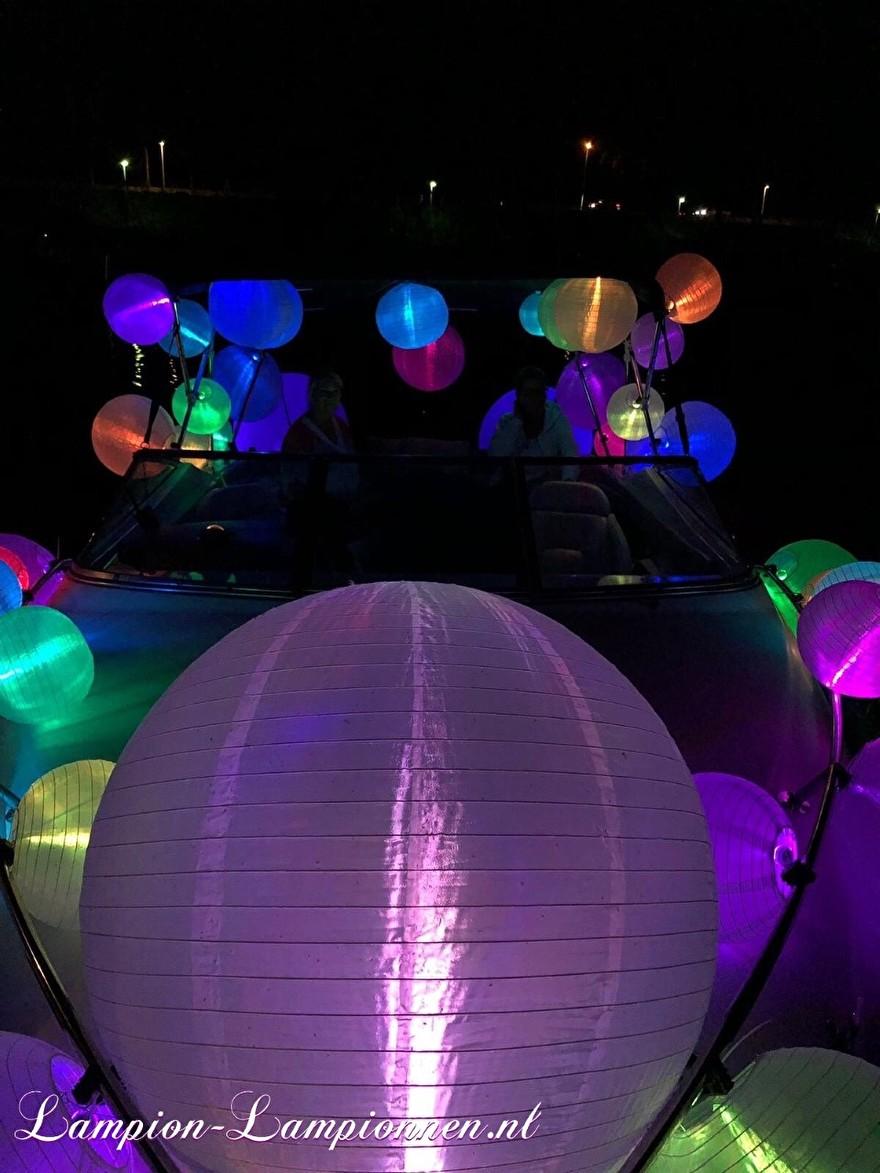 witte nylon lampionnen met led lampjes op boot tijdens lampionnen parade, lampionnen tocht, weiße Nylonlaternen mit LED-Lichtern auf Boot während der Laternenparade, Laternenwanderung, Lanternes en nylon blanc avec lumières LED 3