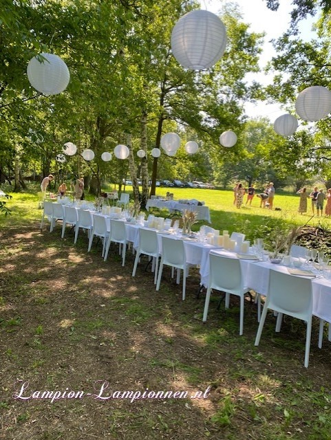 witte solar lampionnen boven diner tafel tuin huwelijk versiering zonne cel ballon tuinfeest decoratie aankleding ballon