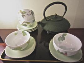"""Theeset """" Lente-groen"""" met 5 beschilderde theekopjes en 5 porseleinen vierkante schoteltjes"""