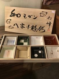 8 Amuze / snack vierkante kommetjes in  houten kistje met kalligrafie