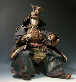 """Antieke samurai pop """"Yoshitsune"""" met prachtige helm en in uitzonderlijke hoogte 50 cm! SOLD."""