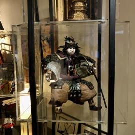 Zeer zeldzame grote samurai pop uit ± 1820 EDO-periode met aparte helm Hoogte 57 cm.