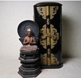 Antiek reisaltaartje met Amida boedha op lotusblad