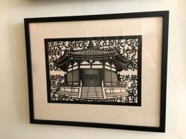 """Japanse knipkunst """"tempel in Kyoto"""" inclusief houten lijst en passe-partout 52.5-42.5 cm."""