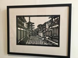 Pagode tempel in Kyoto Japanse knipkunst in passe-partout en in houten lijst 51-41 cm.
