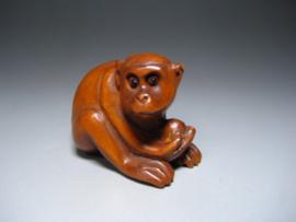 """Japanse netsuké's Buxus hout :""""  Muisje in Mand, Aapje, 2 Muisjes, Puppy."""