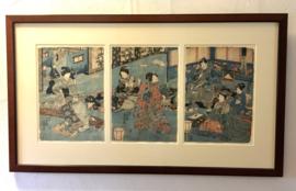 """Triptiek in kersenhouten lijst, 3 orginele woodblock prints van Utagawa Kunisada """"musicerende geisha's en danseressen aan het hof van de keizer en keizerin ."""""""