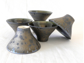 5 speciaal vormgegeven theekommetjes in apart kleurenspel, brons aan buitenkant, groengeglazuurd aan de binnenkant, verpakt in kado doos