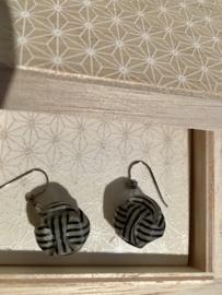 """Origami jewel"" Japanse oorbelletjes, zwart/wit of goudkleurig"