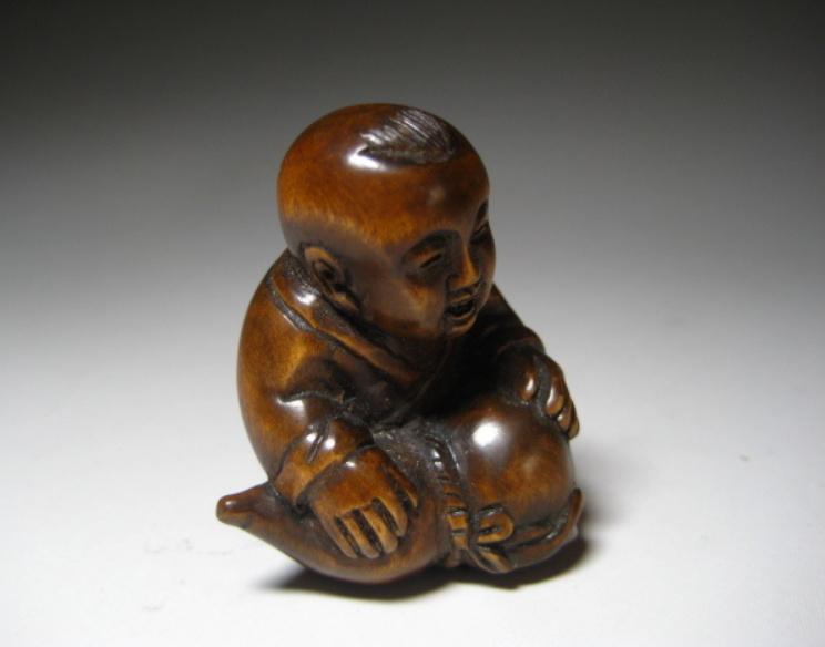 """Netsuké """"baby jongen"""" uit buxus hout"""