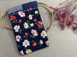 Katoenen (cadeau)zakje 'flowers blue'