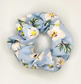 Scrunchie bloem lichtblauw