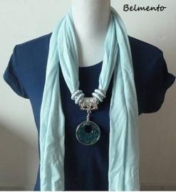 Lichtblauwe sjaalketting met ronde hanger