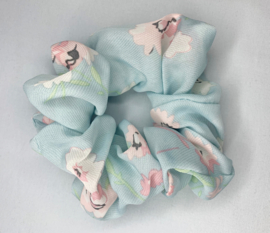 Scrunchie bloemen lichtblauw