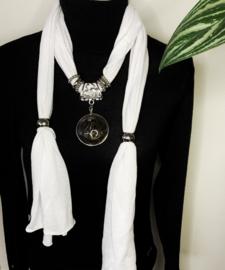 Witte sjaalketting met ronde hanger -2-
