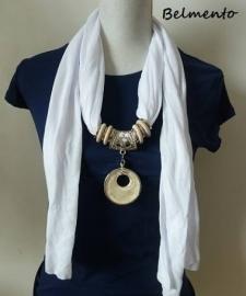 Witte sjaalketting met ronde hanger