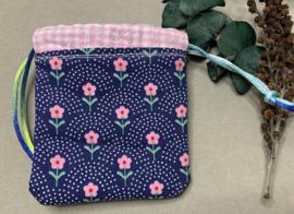 Katoenen (cadeau)zakje 'pink flower'