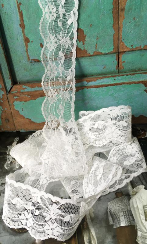 Wit bloemenkant met schulprand