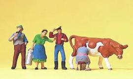 4 figuren en 1 koe Nr.10044