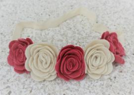 Handgemaakte haarband met vijf vilten rozen in oudroze en naturel