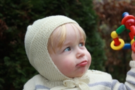 Handgebreide merino babymuts in crème