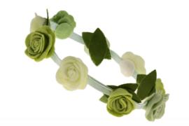 Handgemaakte haarband met kleine vilten rozen in groene tinten en crème